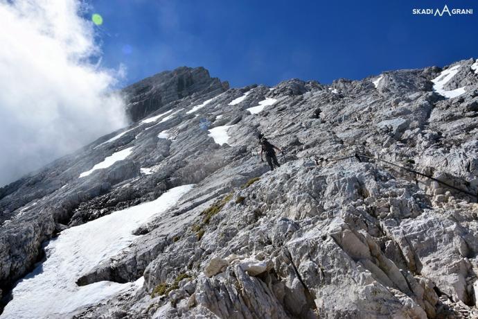 Niegroźne chmurki kłębiące się wokół Alpspitze nadawały fajny klimat na ferracie.