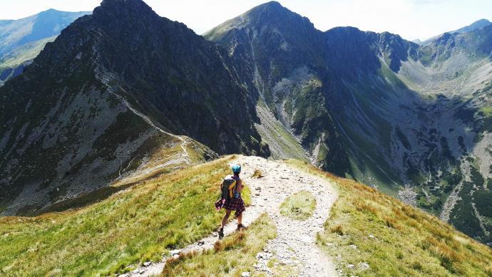 Na pierwszym planie widoczne zejście na Jamnicką Przełęcz. Za nim wejście na Rohacz Ostry. Z tyłu po prawej Rohacz Płaczliwy
