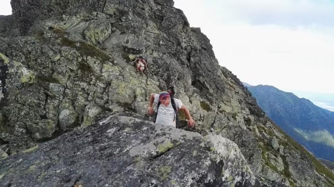 Zejście po skałach oznakowanym szlakiem