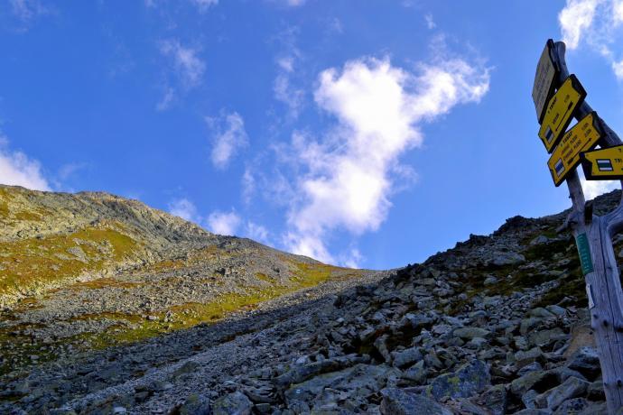 Rozstaj pod Krywańskim Żlebem z widokiem na szczyt