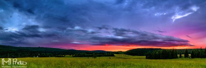 Chatka Górzystów panorama przy zachodzącym słońcu.