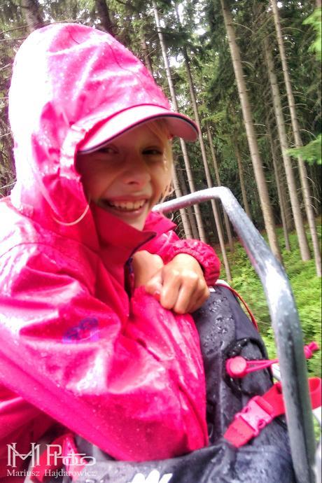 Mokra ale szczęśliwa, na wyciągu w deszczu