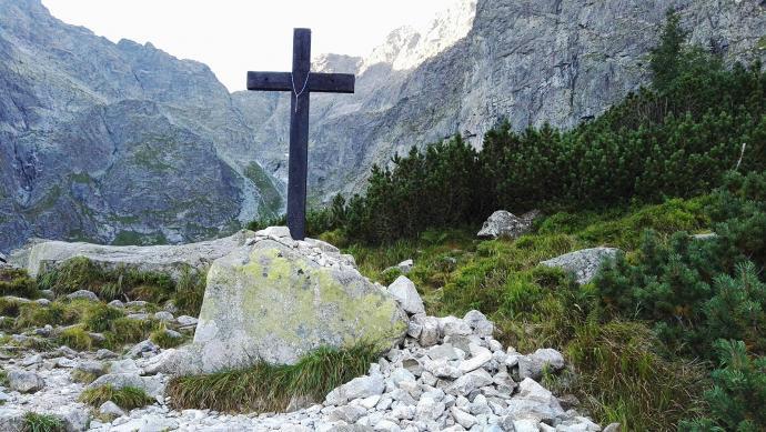 Krzyż na brzegu Czarnego Stawu pod Rysami wystawił w 1836 roku proboszcz poroniński