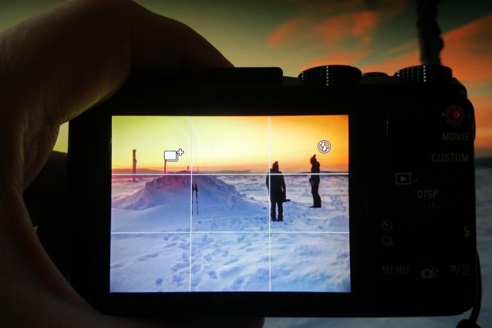 Trójpodział na ekranie aparatu - widoczne białe poziome i pionowe linie
