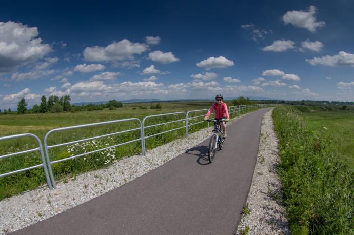 Ścieżka rowerowa na nasypie kolejowym