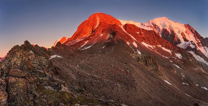 Widok z okolicy schronu Forestiere na masyw Mont Blanc