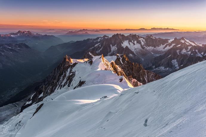 Widok na Aiguille du Midi ze szczytu Mont Blanc