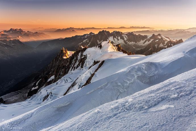 Widok na Aiguille du Midi z okolicy szczytu Mont Blanc