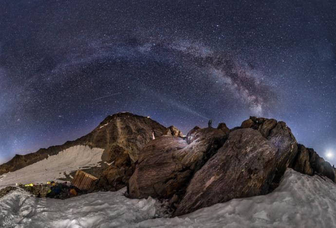 Nocna panorama Tete Rousse z drogą mleczną