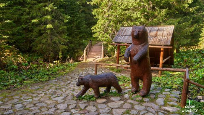 Wreszcie mamy zdjęcie niedźwiedzi. Co prawda drewnianych, ale zawsze coś
