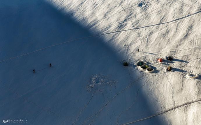 Alpiniści docierający do dzikiej bazy pod Aiguile du Midi