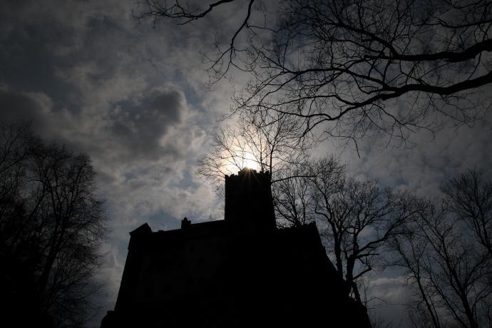 Nad zamkiem Bran zapada noc...