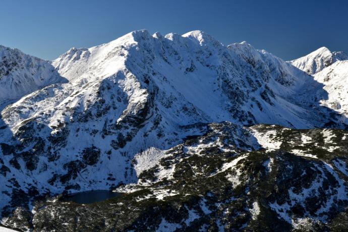 Rohackie Pleso, a nad nim Smutna Przełęcz, Trzy Kopy, Hruba Kopa, Banówka i Pachola