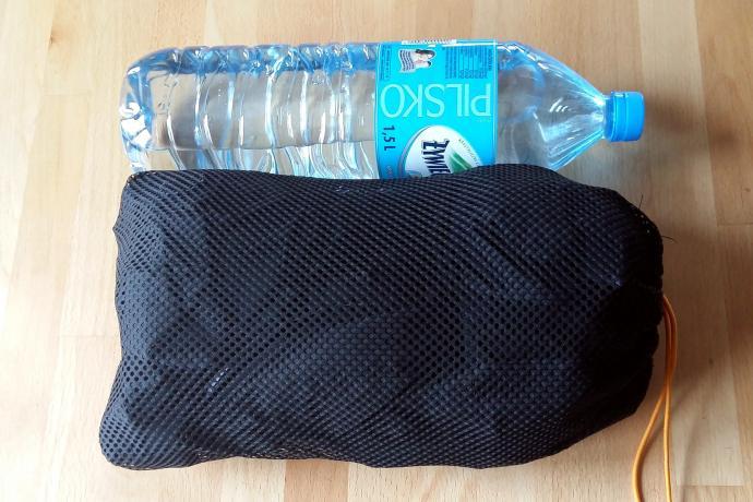 Porównanie kurtki Marmota z półtoralitrową butelką wody