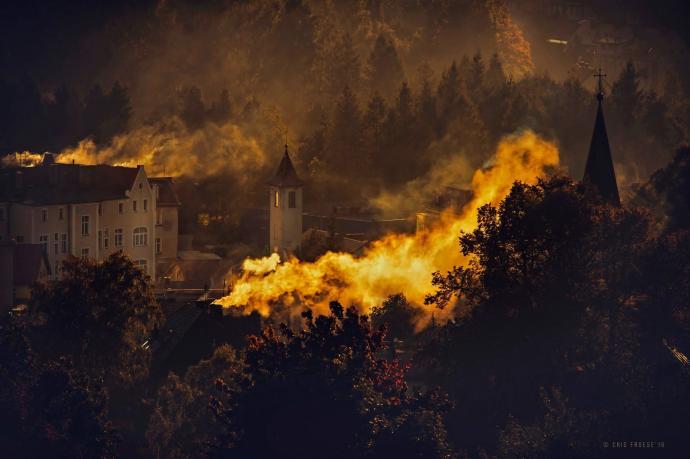 Poranny dym z kominów widziany z Ceglanej Góry w Dusznikach Zdroju