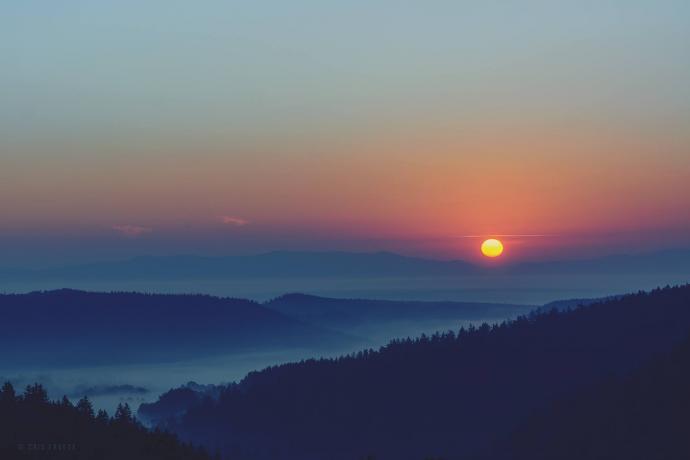 Wschód słońca widziany ze spalonego domu na Bobrownikach w drodze do Schroniska pod Muflonem