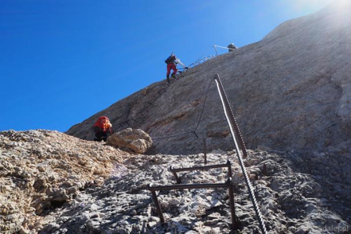 Z przełęczy Forcella della Marmolada ferrata wprowadza na wierzchołek Marmolady