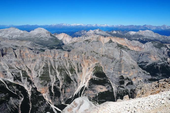 Widok z Tofany di Dentro. Północny horyzont zajmują Alpy.