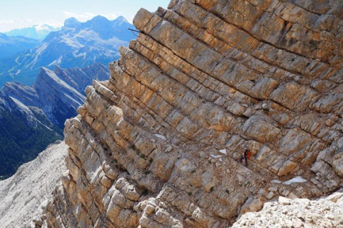 Trawers Vecchio del Forame z wykorzystaniem naturalnej półki skalnej.