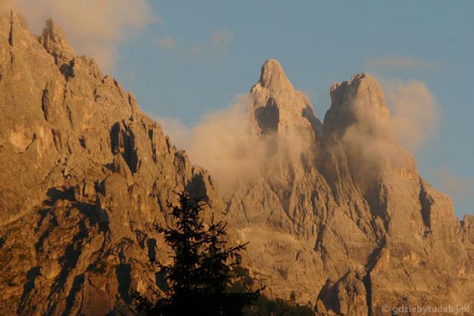 Sass Maor i Cima della Madonna w scenerii zachodzacego słonca.