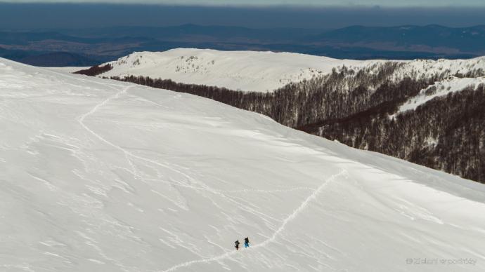 Wspomniane miejsce. Ścieżka prowadząca nieco wyżej jest tą właściwą. My niestety początkowo poszliśmy na wprost. Zalegający śnieg mógł okazać się niebezpieczny.