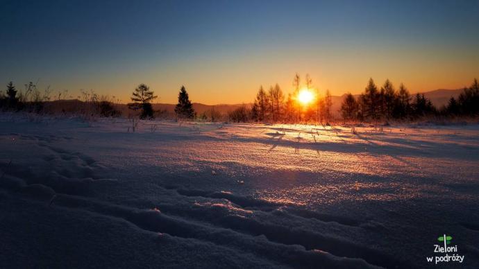 -18 st. C i piękny wschód słońca na szlaku w Gorcach. Dłonie kostniały momentalnie, ale i tak mamy świetne wspomnienia.