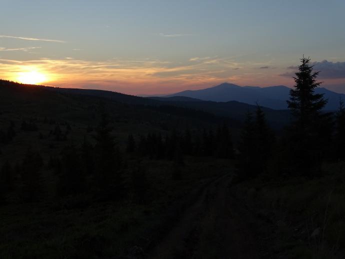 Zachód słońca. W oddali Pop Iwan