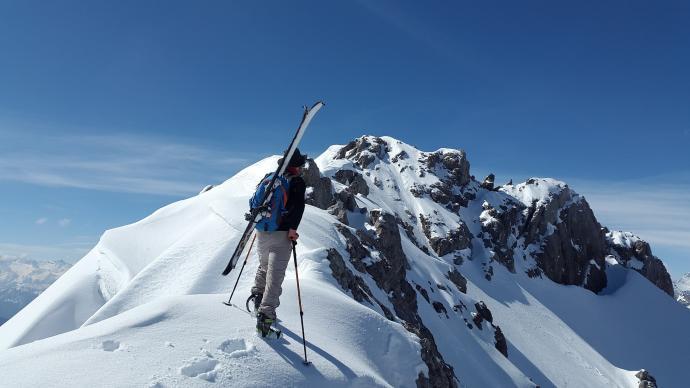 Na bardzo stromych i niebezpiecznych podejściach, możemy przyczepić narty do plecaka