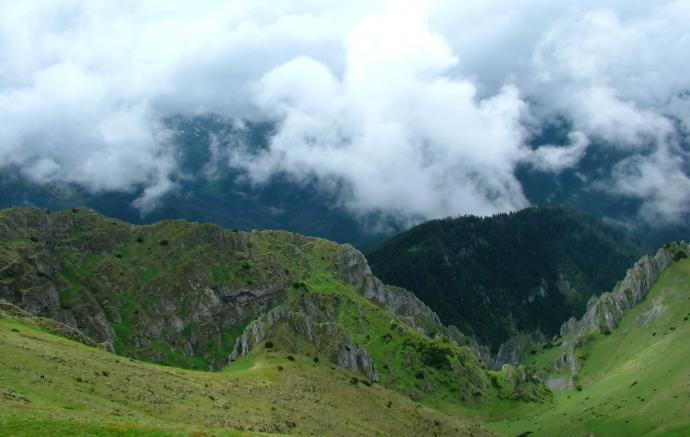 Widok ze szlaku na Ciemniak od Tomanowej Polany w stronę Doliny Kościelskiej.