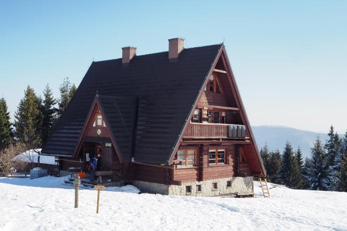 Bacówka PTTK na Rycerzowej. Budynek ładnie wkomponowuje się w górskie otoczenie.