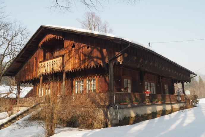 Dawny modrzewiowy dwór, obecnie leśniczówka w Złatnej.