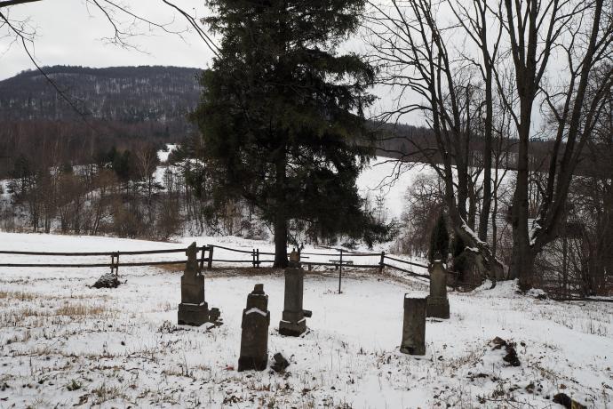Nieopodal cerkwi znajduje się cmentarz