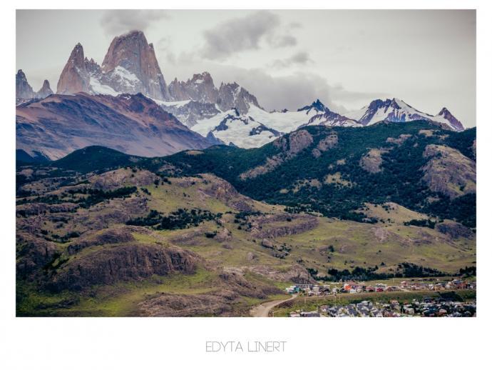 Widok na El Chalten z punktu widokowego Mirador de Los Condores, w tle Fitz Roy