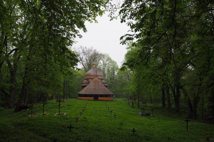 Cerkiew otaczają dawne nagrobki