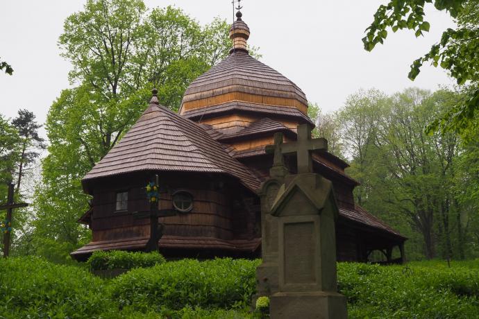Świątynia została zbudowana z drewna jodłowego. Ma niezwykle oryginalną bryłę.