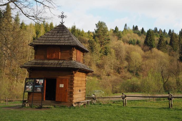 Zrekonstruowana drewniana dzwonnica