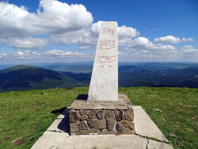 Pomnik spadochroniarzy na Połoninie Równej