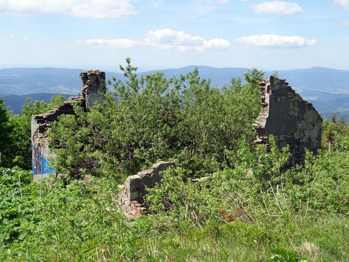 Ruiny dawnego schroniska czechosłowackiego, pod szczytem Pooniny Równej