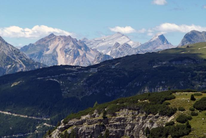 Spod schroniska Auronzo widać nawet Cimę Cunturines w masywie Fanes.