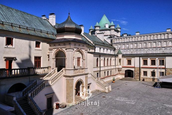 Dziedziniec zamku w Krasiczynie. Fot. Szymon Nitka, Znajkraj