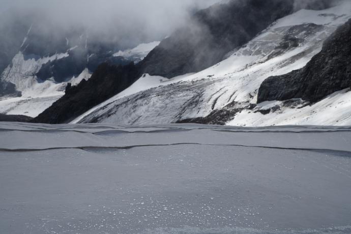 Zamiast na lód wchodzimy na... biały materiał chroniący śnieg przed promieniami słońca.