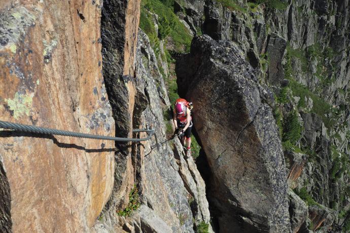 Ferrata Fernau prowadzi wąską szczeliną skalną - uwaga na plecaki!