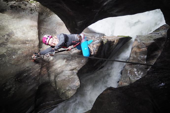 Ferrata Höllenrachen prowadzi przez progi skalne i kotły potoku Alpeiner
