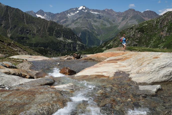 Zejście do doliny Sulzenau. Po drodze uwagę zwracają imponujące ogładzenia polodowcowe