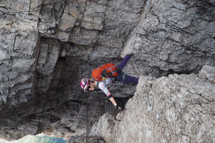 Jedna z głównych atrakcji ferraty - duży krok nad głęboką szczeliną