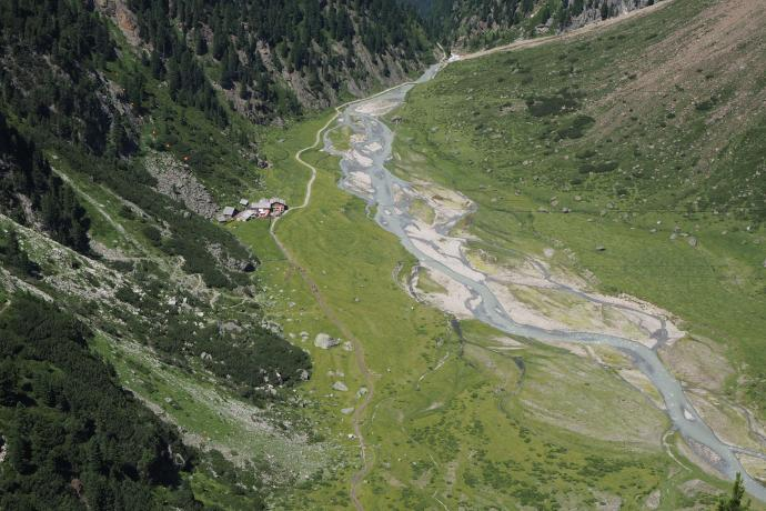 Z zejścia w dolinę Sulzenau otwiera się bajkowy widok na potok Sulzenaubach