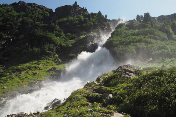 Wodospad Sulzenau spada z 200-metrowego progu doliny