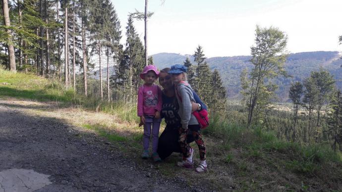 Příčný vrch - na szlaku przed Kościołem dziewczynki z Justyną