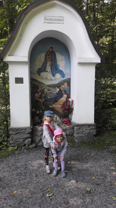 Příčný vrch - dziewczynki przy Święconej Studzience (Posvatna studanka)