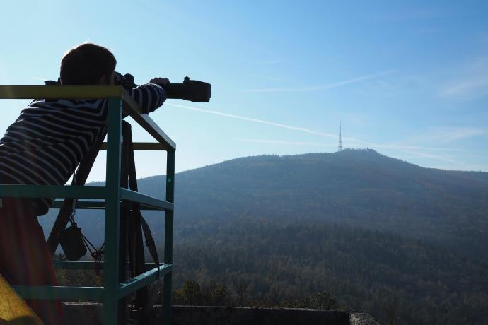 Przez bezpłatną lunetę można np. spojrzeć na szczyt Ślęży.